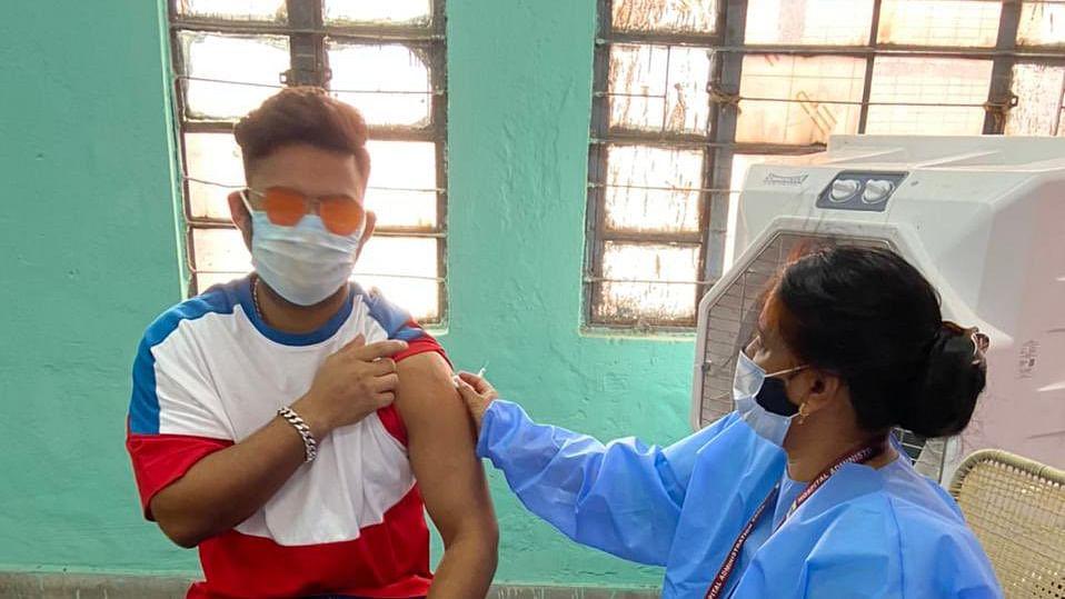 ऋषभ पंत ने लगवाया वैक्सीन, ट्वीट किया-जितनी जल्दी वैक्सीन लगवायेंगे उतनी जल्दी वायरस को हरायेंगे