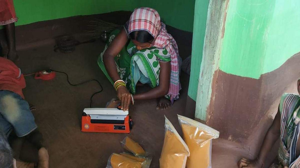 Jharkhand news : हल्दी प्रोसेसिंग और पैकेजिंग कार्य में लगे रायजेमा के ग्रामीण.