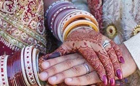 Maharashtra News : 'पंचायत के सदस्य पत्ते पर थूकते और पीड़िता उसे चाटती', दूसरी शादी करने की इतनी बड़ी सजा