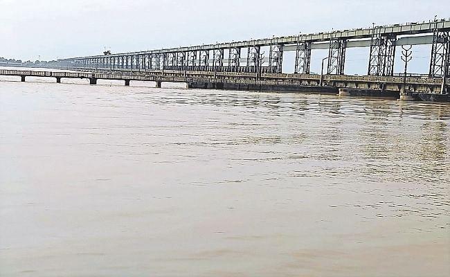 गंडक नदी का तेजी से बढ़ा जलस्तर, सदर प्रखंड के दो दर्जन गांवों का मुख्यालय से कटा संपर्क