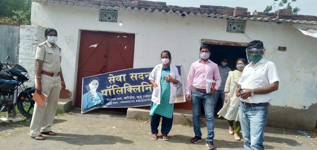 जामताड़ा का मंसूर अंसारी लोहरदगा में चला रहा था फर्जी सेवा सदन पॉलिक्लीनिक, छापामारी की भनक लगते ही सीरियस मरीजों को बंद कर हुआ फरार, पुलिस ने किया गिरफ्तार