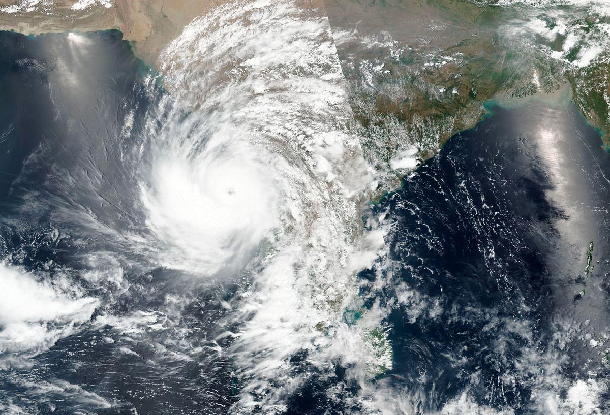 Cyclone Tauktae Impact : तबाही मचाते हुए आगे बढ़ रहा है चक्रवातीय तूफान 'ताऊ ते', यूपी-दिल्ली में होगी बारिश, यहां ऑरेंज और येलो अलर्ट
