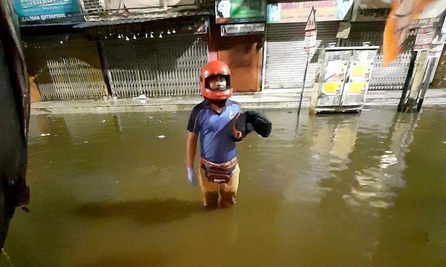 कोलकाता में बारिश के बीच Domino's के फूड सोल्जर ने पहुंचाया ऑर्डर, नाराज Twitter यूजर्स ने लगाई कंपनी की क्लास