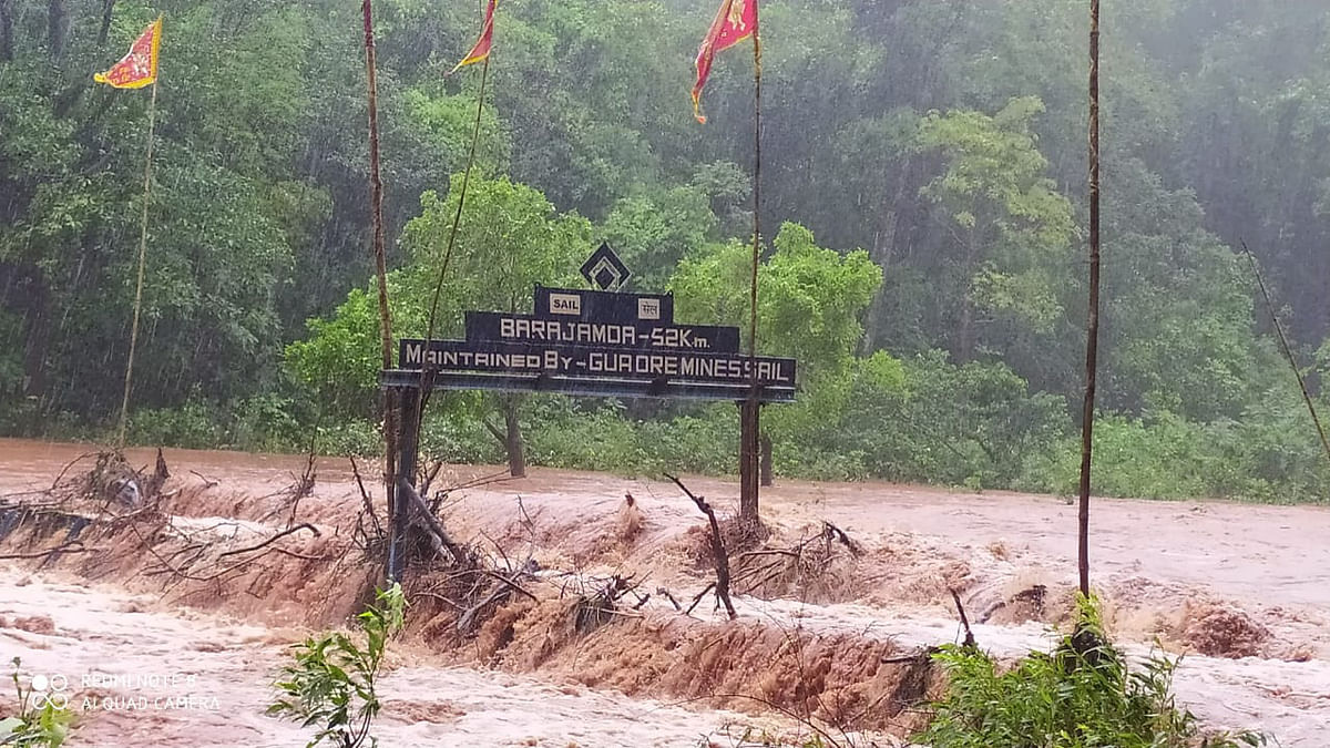 गुवा-बड़ाजामदा मार्ग पर कोयना नदी पर बने लोहे के पुल के ऊपर से बहता पानी. आवागमन हुआ प्रभावित.