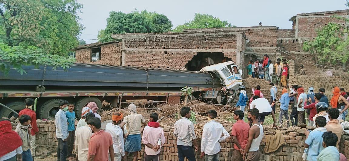 झारखंड के पलामू में बड़ा हादसा, घर में अनियंत्रित ट्रेलर घुसने से ड्राइवर समेत तीन लोगों की मौत, दो घायल