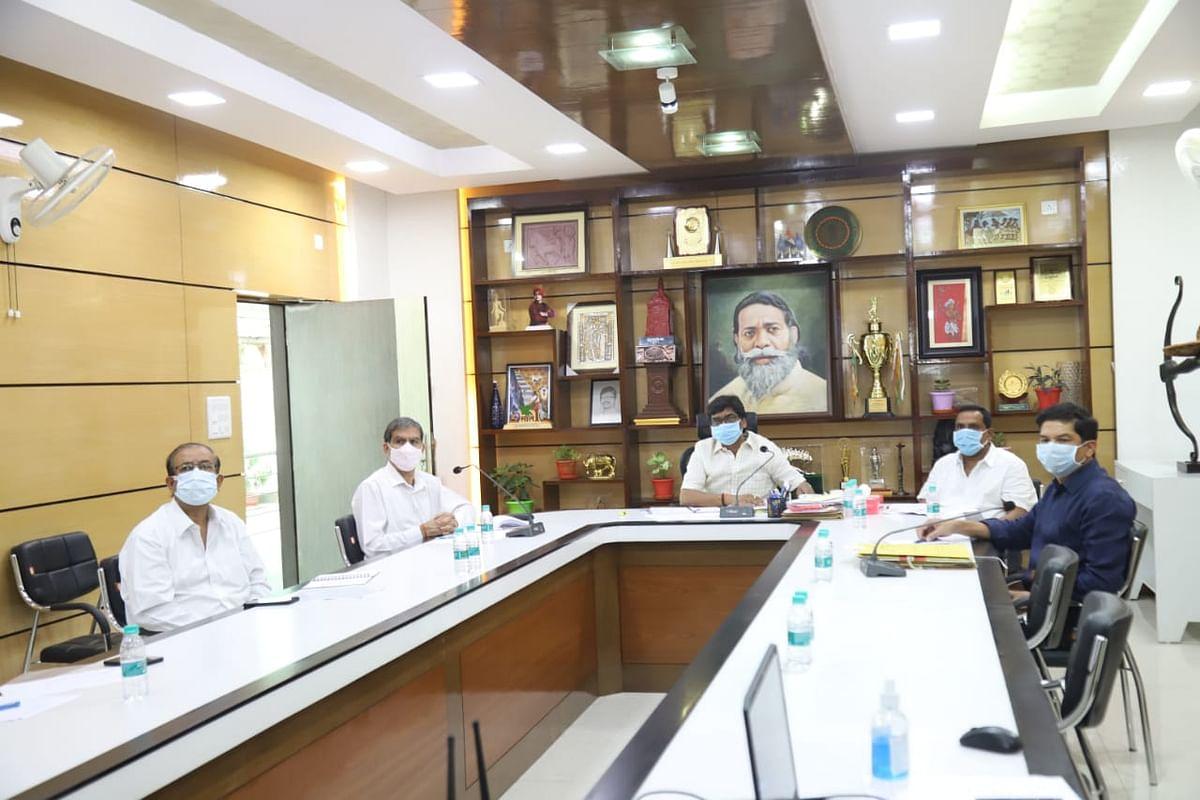 Coronavirus In Jharkhand : सीएम हेमंत सोरेन ने कोरोना को लेकर संथाल परगना व पलामू प्रमंडल के सांसदों व विधायकों से किया संवाद, इस तारीख से 18 वर्ष से अधिक उम्र के लोगों को लगेगी कोरोना वैक्सीन, तीसरी लहर को लेकर ये है तैयारी