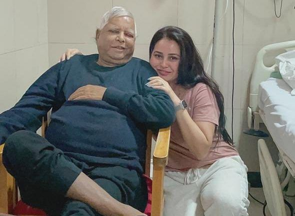राजद सुप्रीमो लालू यादव के साथ फोटो ट्वीट कर बेटी रोहिणी बोलीं- पापा ने मानवता का पाठ पढ़ाया