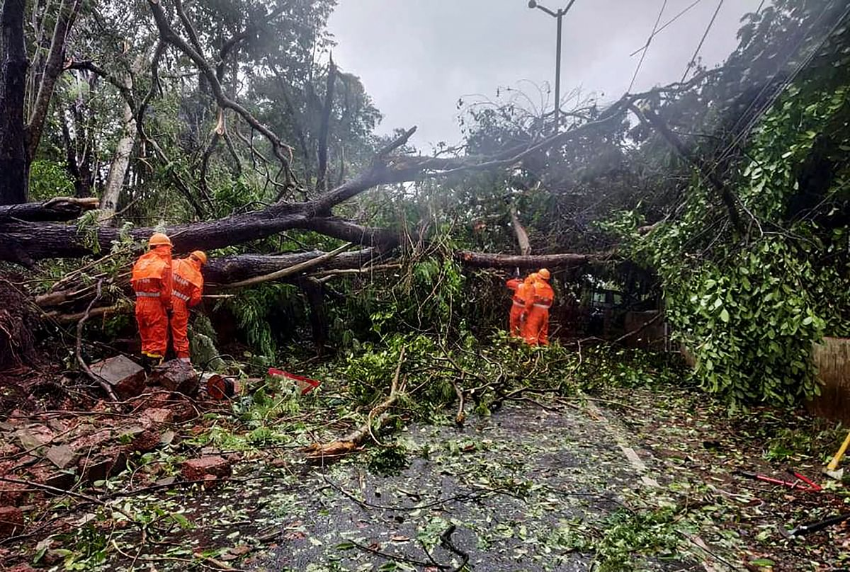 Cyclone Tauktae LIVE Updates : अगले 6 घंटे में कमजोर पड़ने लगेगा 'ताऊ ते', अभी अहमदाबाद से 50 किमी पश्चिम-दक्षिण पश्चिम में मचा रहा तबादी