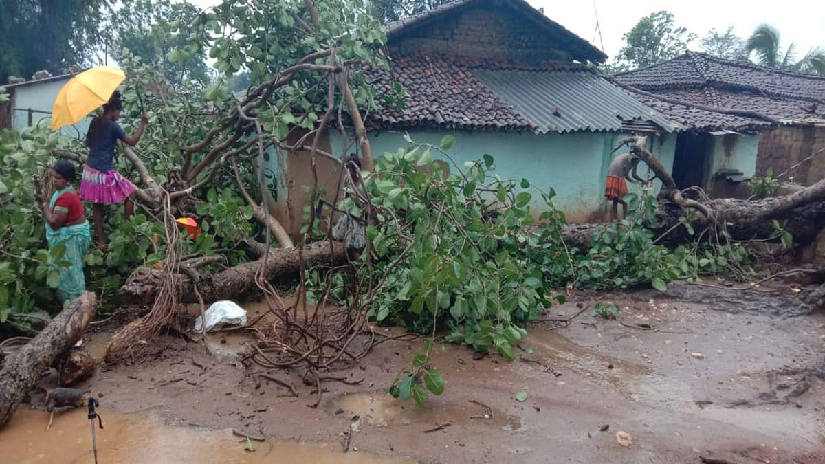 Jharkhand news : गुमला के भरनो में बिपैत मुंडा के घर में बरगद का पेड़ टूटकर गिरा. बाल- बाल बचे परिवार के 6 सदस्य.