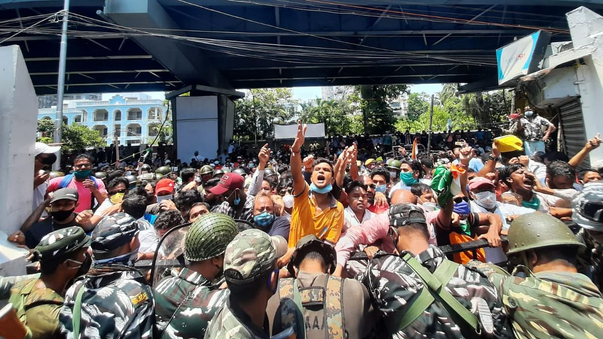 नारद स्टिंग ऑपरेशन : ममता के मंत्रियों, तृणमूल विधायकों की गिरफ्तारी के बाद कोलकाता में सीबीआइ कार्यालय के बाहर पत्थरबाजी, लाठीचार्ज