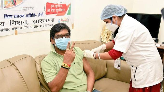 झारखंड में 18 + का टीकाकरण शुरू, सर्वाधिक टीका पूर्वी सिंहभूम जिले से तो यहां सबसे कम, CM Hemant बोले कोरोना से लड़ाई में टीका जरूरी