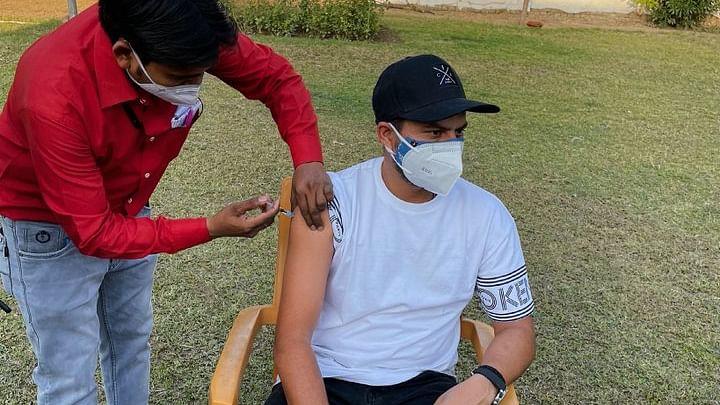 Corona Vaccine का पहला डोज लेकर बुरा फंसा टीम इंडिया का चाइना मैन गेंदबाज, डीएम ने बिठाई जांच