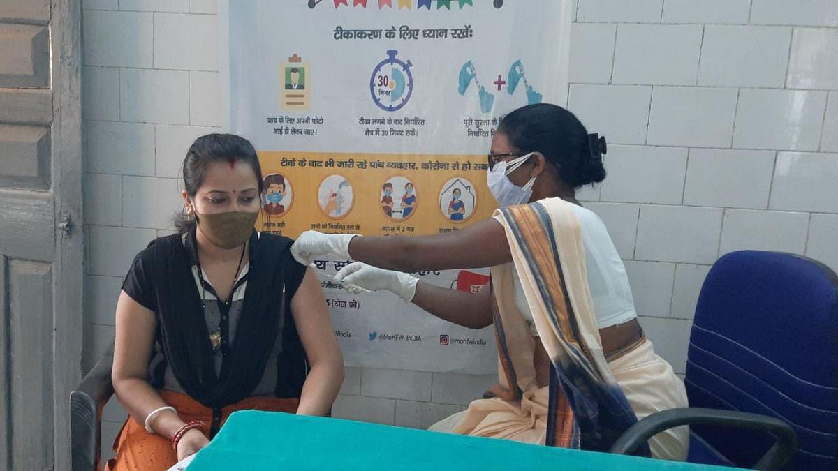 Corona Vaccination in Jharkhand : लातेहार में शुरू हुआ 18 प्लस टीकाकरण अभियान, युवाओं में दिखा उत्साह
