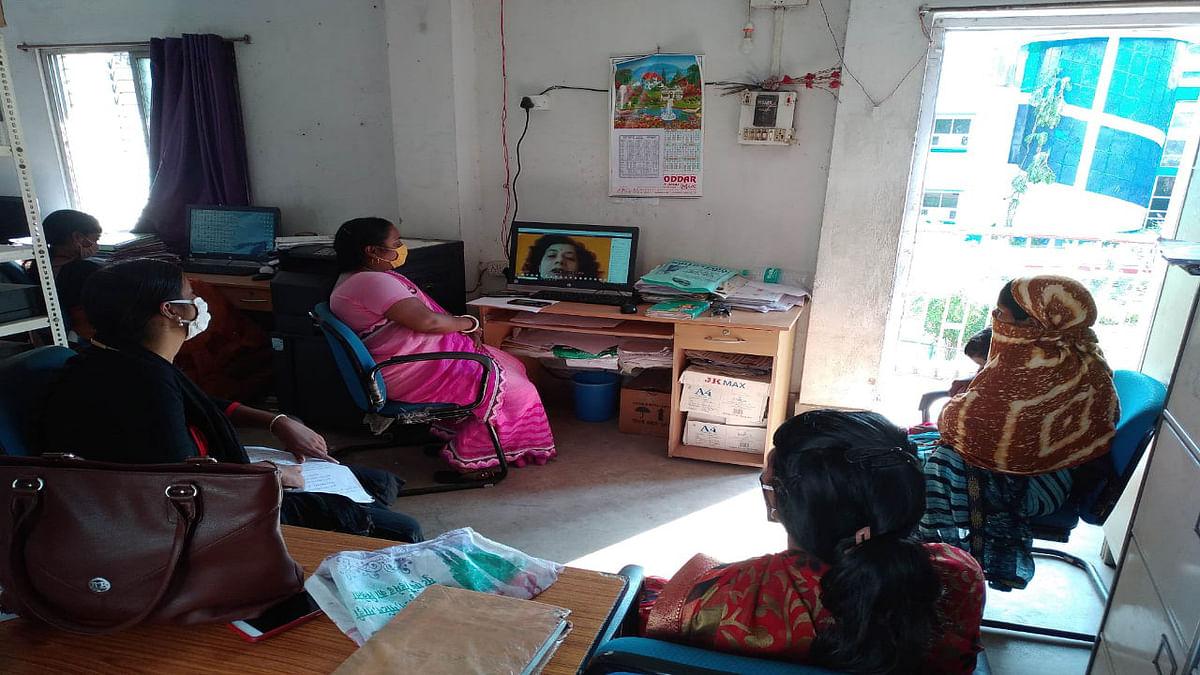 कोरोना से बचाव को लेकर सखी मंडल की महिलाएं ग्रामीणों को कर रही जागरूक, आराधना पटनायक ने दीदियों को दिये कई टिप्स