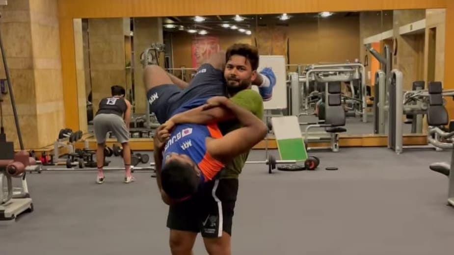 पंत जिम में बने बाहुबली, ट्रेनिंग के दौरान टीम इंडिया के स्टाफ को लिफ्ट कर दिखाया गजब का स्टंट