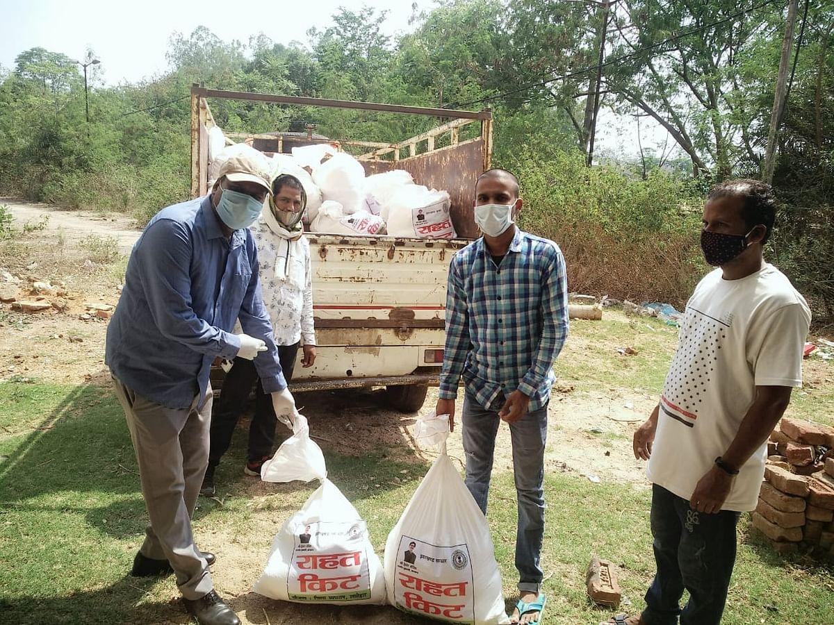 Coronavirus In Jharkhand : झारखंड में कोरोना से मृत व्यक्तियों के परिजनों को मिलने लगी सरकारी मदद, लातेहार में मुख्यमंत्री राहत किट का वितरण