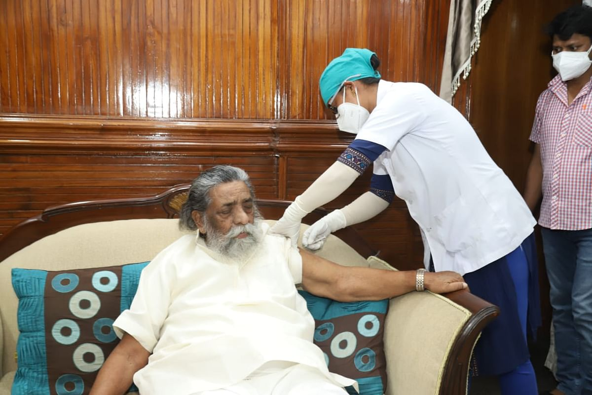 Corona Vaccination In Jharkhand : झारखंड के दिशोम गुरु व राज्यसभा सांसद शिबू सोरेन ने ली कोरोना वैक्सीन की पहली डोज, सीएम हेमंत सोरेन ने आम लोगों से की ये अपील