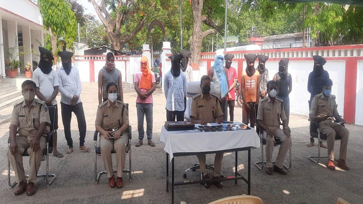 Jharkhand Cyber Crime News : अलग- अलग तरीके से लोगों से ठगी करता साइबर क्रिमिनल, देवघर में कई सामान समेत 12 आरोपी गिरफ्तार