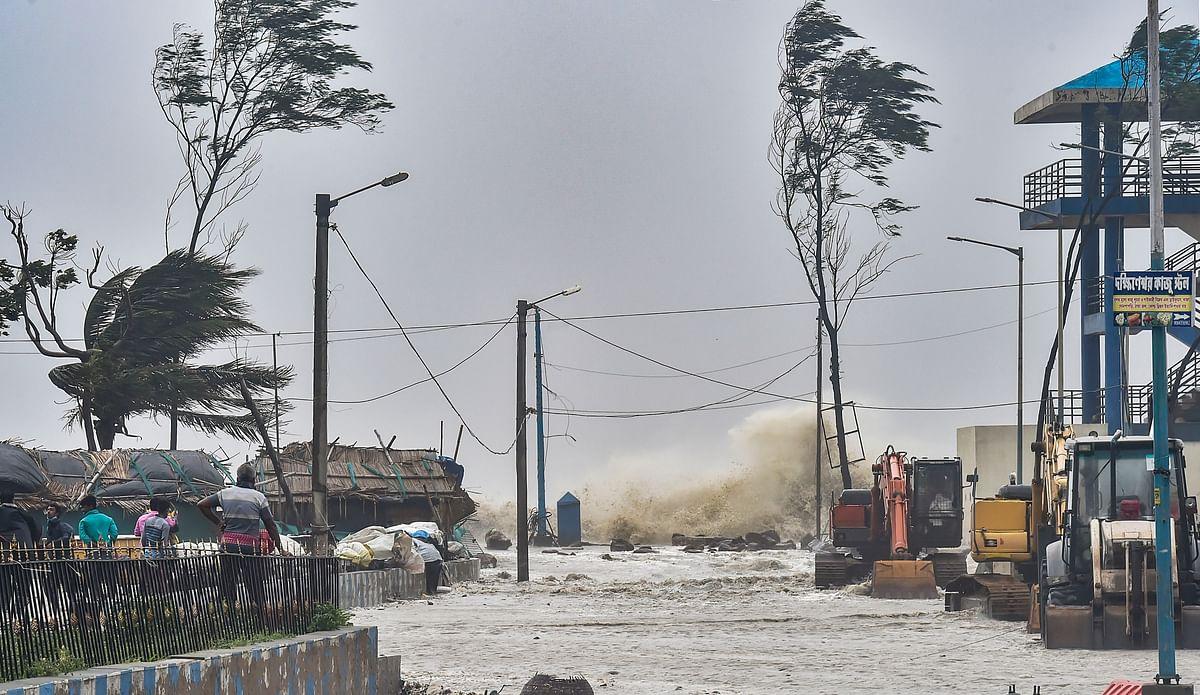 मेदिनीपुर में समुद्र में उठी ऊंची-ऊंची लहरें