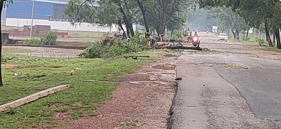 Jharkhand Weather News : झारखंड में बदला मौसम का मिजाज, गुमला में तेज आंधी-बारिश व वज्रपात का कहर, एक युवक की मौत, कई घर हो गये ध्वस्त