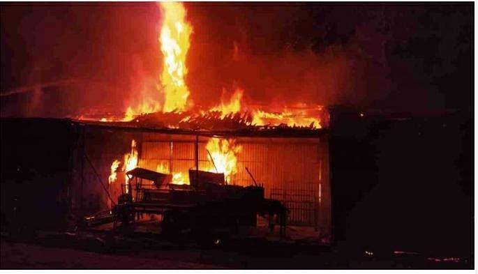 झारखंड में मिनी लॉकडाउन में चाईबासा डेली मार्केट की दुकानें थीं बंद, आधी रात में धू-धूकर जल गयीं दुकानें, फायर ब्रिगेड ने आग पर पाया काबू
