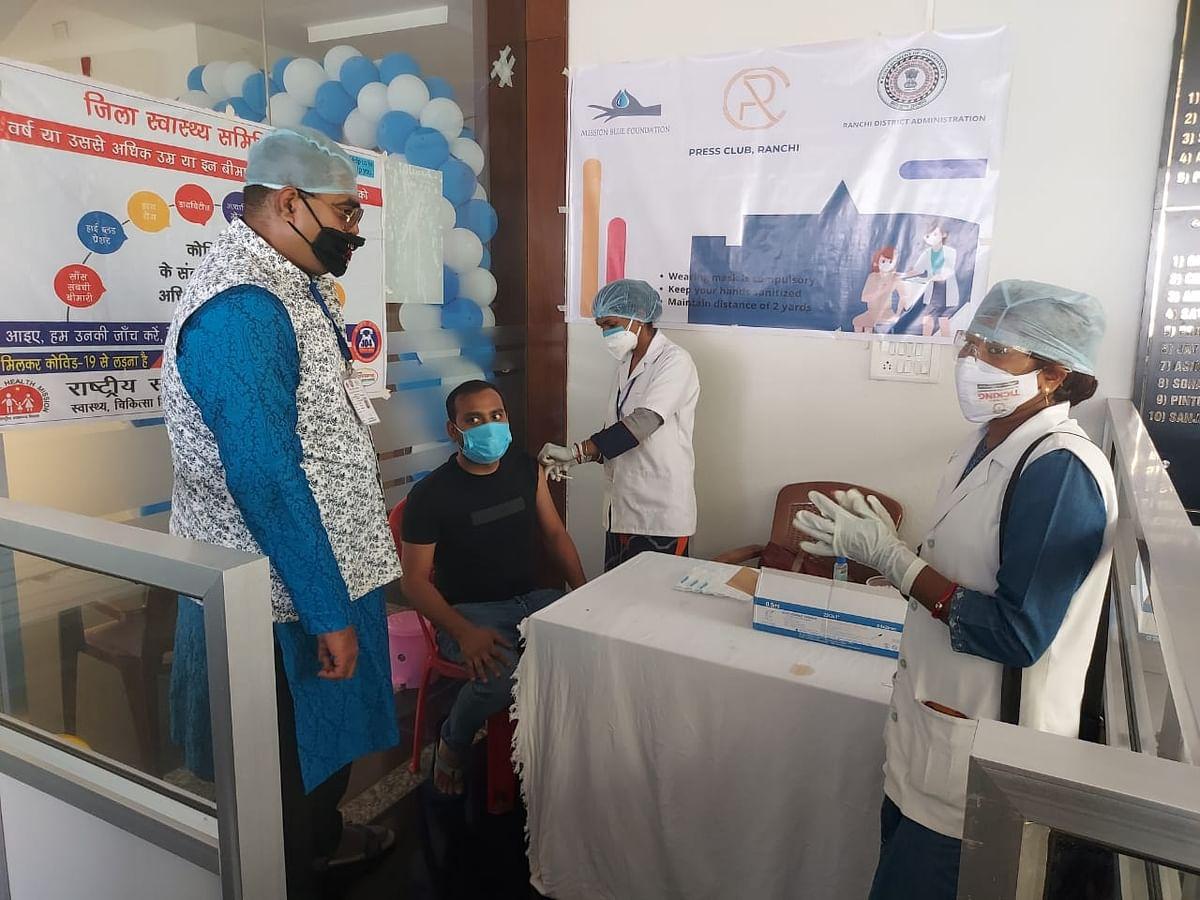 Corona Vaccination In Jharkhand : रांची में 18 प्लस इतने लोगों को पहले दिन दी गयी कोरोना वैक्सीन की पहली डोज, 10 केंद्रों पर हुआ टीकाकरण