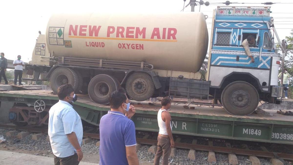 रांची के नामकुम रेलवे स्टेशन में पहली बार ऑक्सीजन एक्सप्रेस टैंकर हुआ लोड, देश के लिए प्राण वायु बना रहे हैं झारखंड के मजदूर