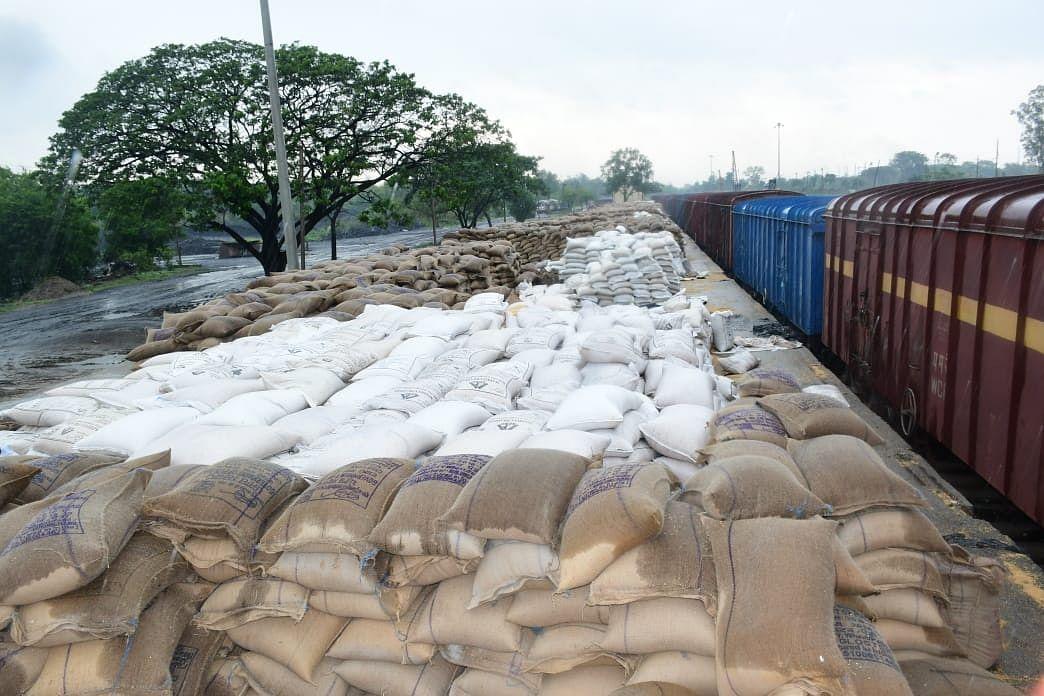 चक्रवाती तूफान Yaas की बारिश में भींग रहा गरीबों में बंटनेवाला 52 हजार क्विंटल गेहूं, बोकारो में FCI की घोर लापरवाही से बेखबर हैं अधिकारी