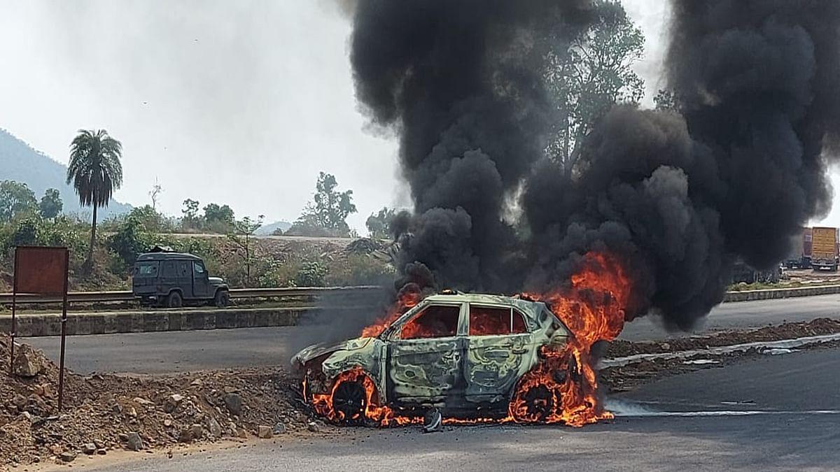 धनबाद के तोपचांची में तेज रफ्तार कार दुर्घटनाग्रस्त, देखते ही देखते धू- धू कर जल कर राख हुई कार