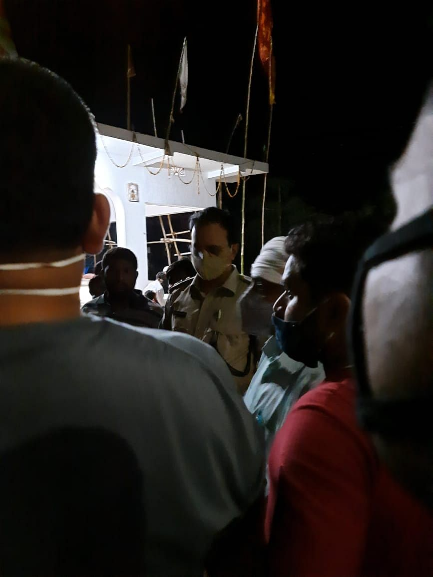 झारखंड के गढ़वा में दशरथ साव मर्डर केस में दो पुलिस अधिकारियों पर गिरी गाज, रमकंडा थाना का घेराव कर रहे आक्रोशित ग्रामीणों का धरना खत्म, पढ़िए क्या है पूरा मामला