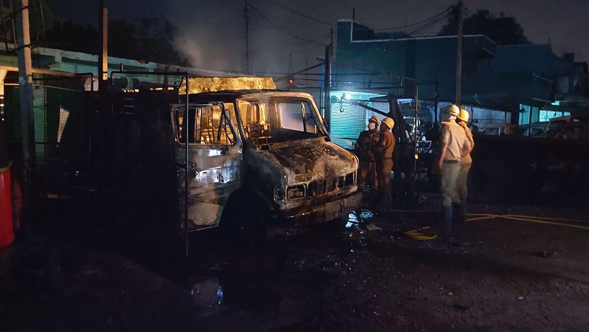 ऑक्सीजन सिलिंडर लदे वाहन में ब्लास्ट, चालक की मौत, खलासी की हालत गंभीर