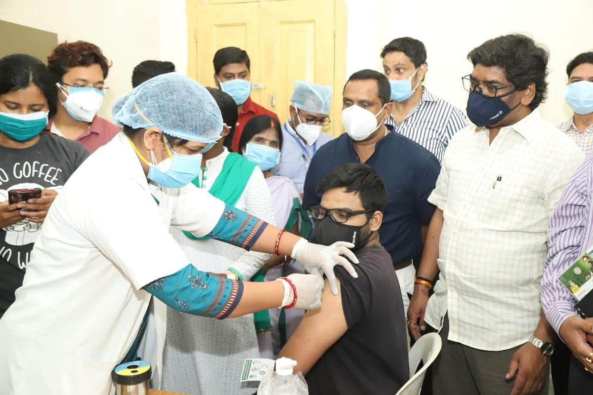 Corona Vaccination In Ranchi : रांची में 18 प्लस के लिए कोरोना टीकाकरण का हुआ शुभारंभ, टीका लेने के लिए ये है अनिवार्य, फर्जी तरीके से वैक्सीन लेने पर होगी कार्रवाई