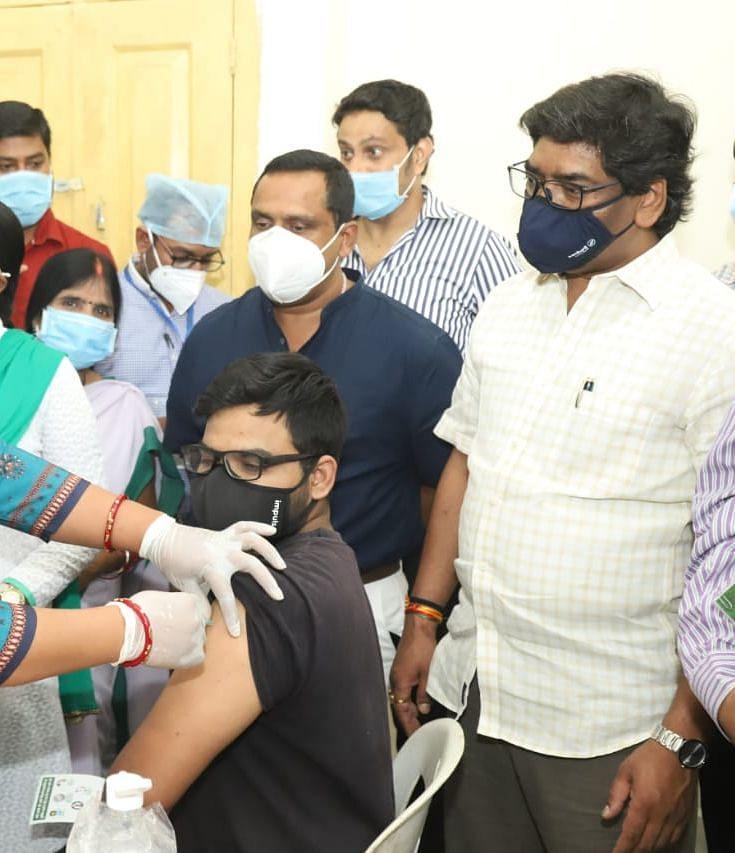 झारखंड CM हेमंत ने 18 प्लस टीकाकरण अभियान की शुरुआत की, युवाओं में उत्साह