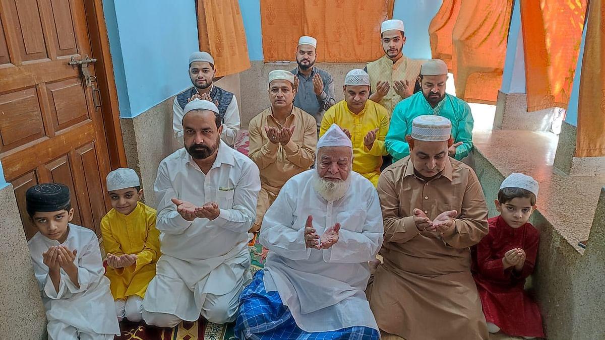 Happy Eid- Ul-Fitr 2021: कोरोना संक्रमण और मिनी लॉकडाउन का ईद पर दिखा असर, घर में पढ़ी गयी नमाज, हाथ और गले मिलने से किया परहेज, देखें Pics