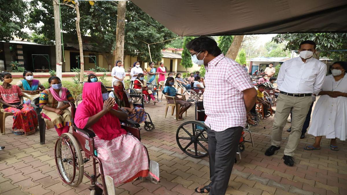 झारखंड CM हेमंत सोरेन दिव्यांग बच्चों और बुजुर्गों से मिलने चेशायर होम व नंदराज वृद्ध आश्रम पहुंचे, मिलने वाली सुविधाओं से हुए अवगत, देखें Pics