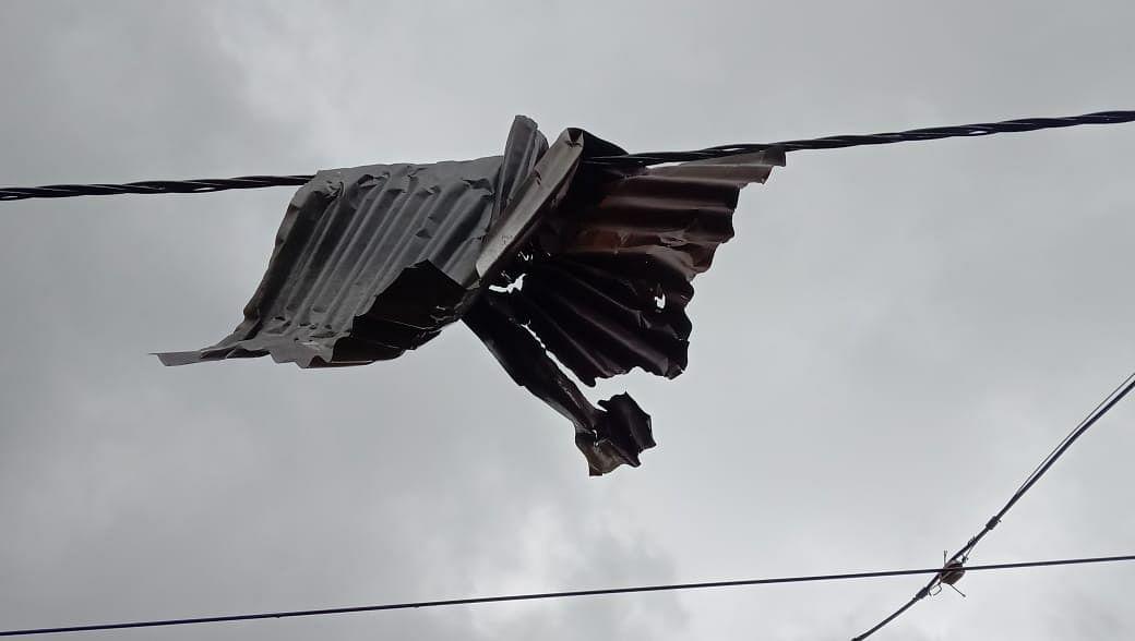 उत्तर 24 परगना में इस तरह उड़ गयीं घरों की छतें