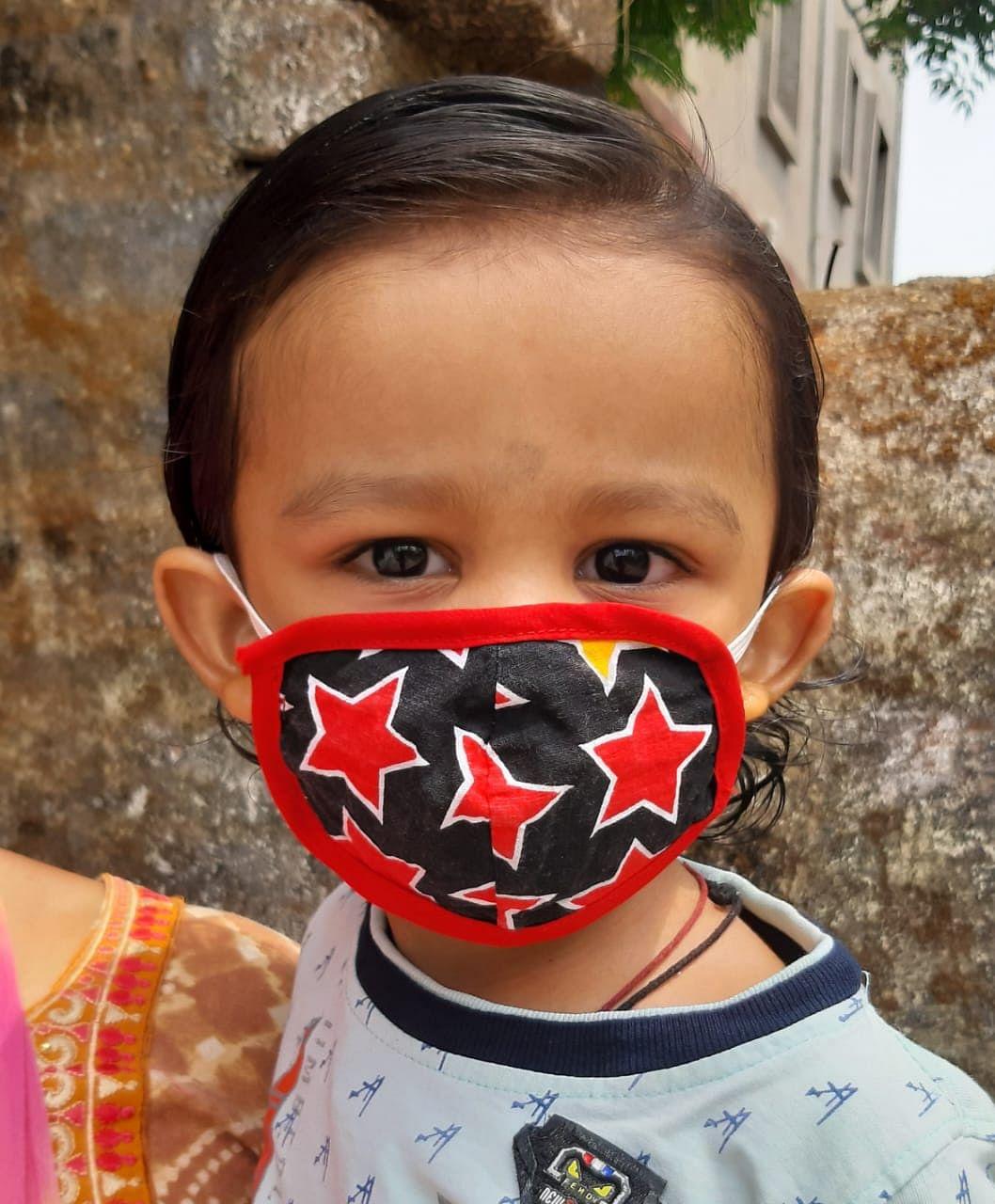 कोरोना से बच्चों को बचाने के लिए मास्क पहनना कितना जरुरी, जानें नयी गाइडलाइंस में क्या है