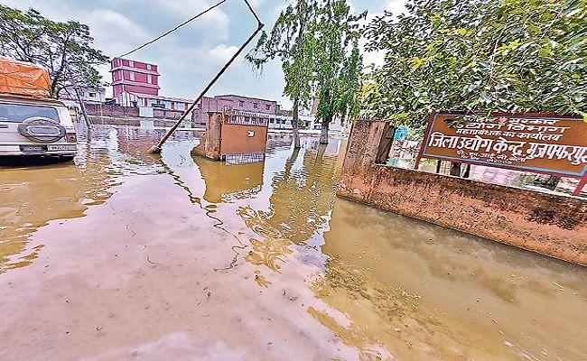यास तूफान ने खोली मुजफ्फरपुर में व्यवस्था की पोल, घर छोड़कर पलायन करने लगे परिवार, तसवीरों में देखें सड़कों की बिगड़ी सेहत