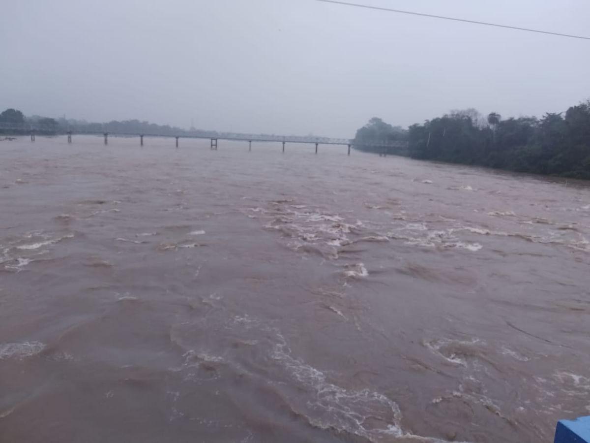 बंगाल में भारी बारिश से जनजीवन बेहाल, सड़कों पर पानी भरा, गांवों में बाढ़, पुरुलिया का चंडी पहाड़ धंसा
