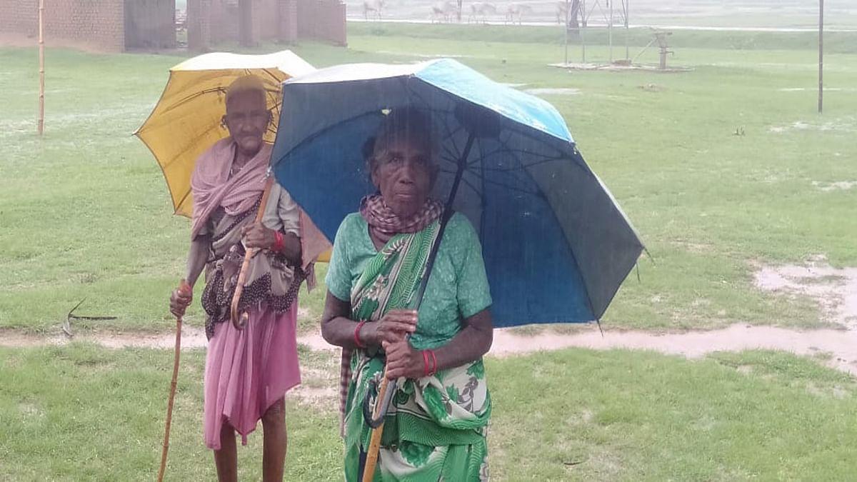 भारी बारिश भी नहीं रोक सका कोरोना टीका लेने से इन दो वृद्ध महिलाओं को, दो किमी पैदल चल कर पूरा किया दूसरा डोज