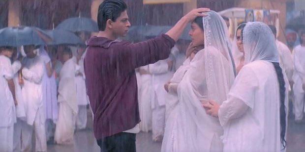 Shah Rukh Khan और Kajol के इस सीन को देखकर लोगों को याद आया मिक्सर का ढक्कन और मम्मी, Viral हो रहा है K3G का ये Video