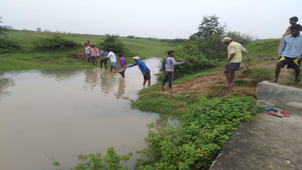 सरकारी उपेक्षा से उब चुके बड़कागांव के किसानों ने श्रमदान कर बहते पानी को रोक कर खेतों तक पहुंचाया, करीब 50 एकड़ भूमि में होगी सिंचाई