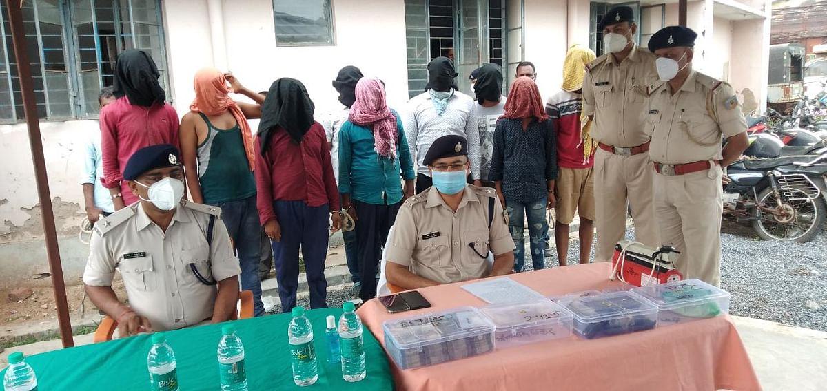 Jharkhand Crime News : झारखंड की चतरा पुलिस को मिली बड़ी सफलता, 1 करोड़ के ब्राउन शुगर समेत नौ तस्कर गिरफ्तार, पढ़िए पुलिस को कैसे मिली कामयाबी