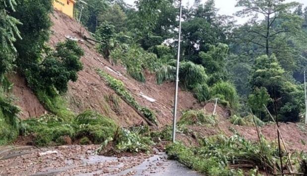 Weather News : भूस्खलन के कारण उत्तर प्रदेश से नेपाल की ओर जाने वाला पोखरा- सोनौली मार्ग बंद, तेज हवाओं के साथ हो रही भारी बारिश