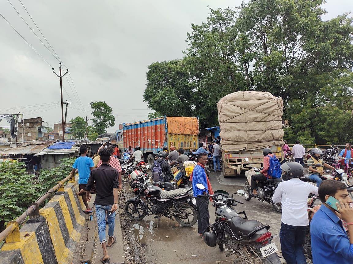 Bihar News: बारात से लौट रही गाड़ी नदी में गिरी, मौके पर तीन की मौत