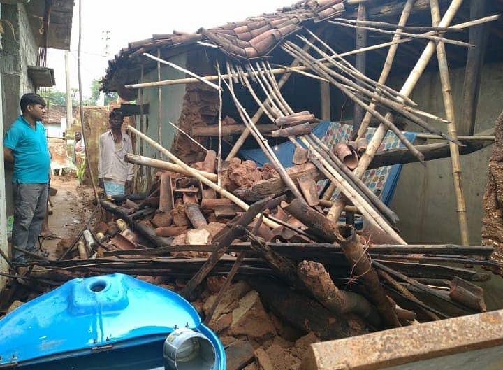 Jharkhand Monsoon News : Monsoon की लगातार बारिश से आधा दर्जन मिट्टी के घर ध्वस्त, वज्रपात से किसान की मौत