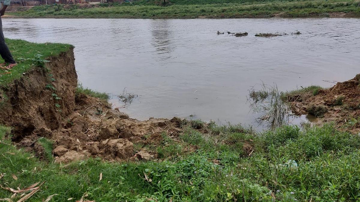 Bihar News: बिहार में बाढ़ के पानी में तैरता मिला युवक का शव, मचा हड़कंप