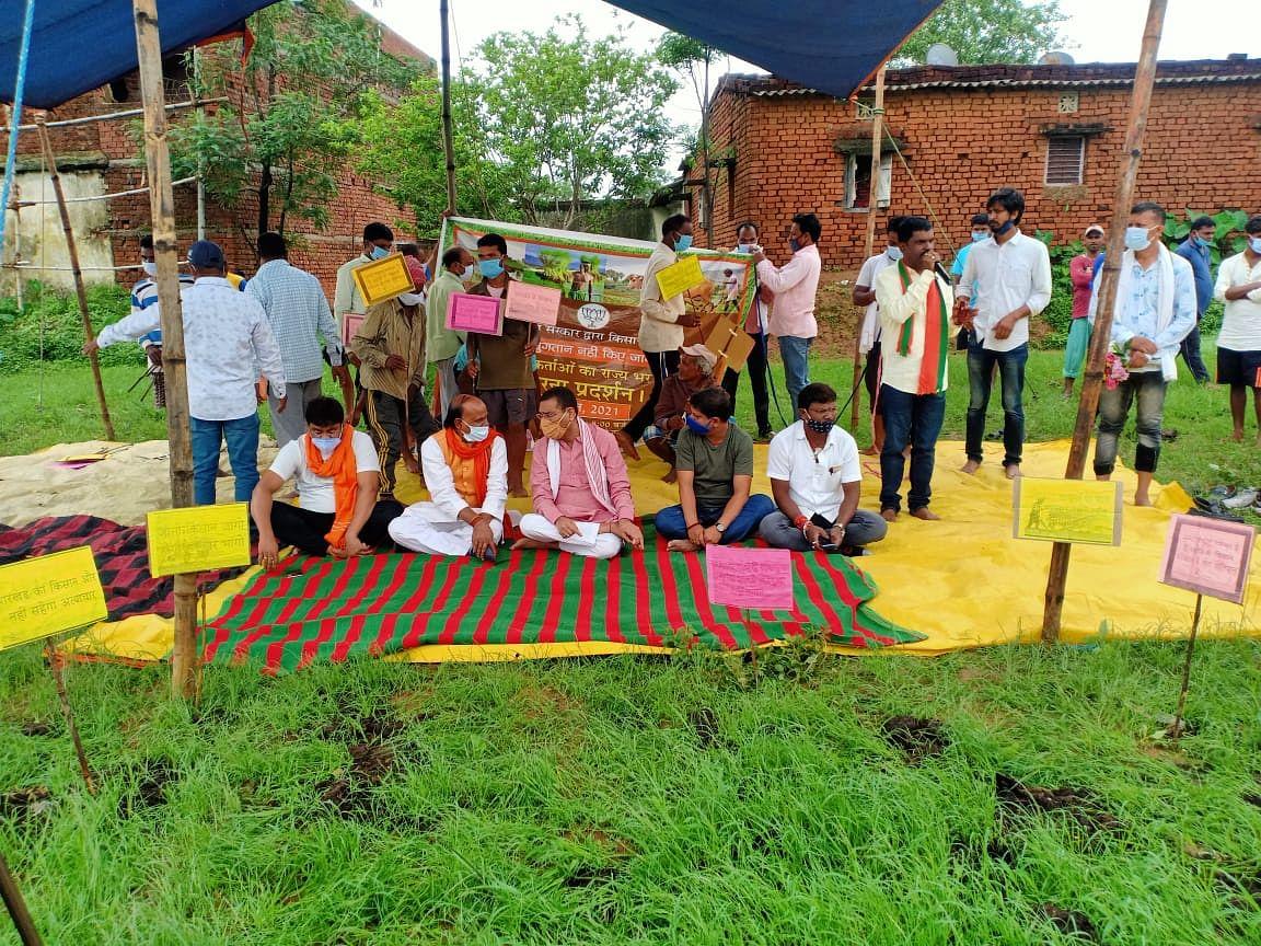 किसानों की समस्याओं को लेकर खेत में उतरी भाजपा ने सीएम हेमंत सोरेन पर साधा निशाना, लगाया ये आरोप
