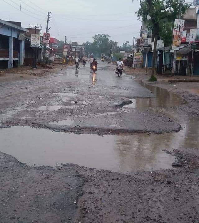 Monsoon In Jharkhand : मानसून की लगातार बारिश से दिल्ली, उत्तर प्रदेश समेत चार राज्यों को जोड़ने वाले एनएच-75 पर चलना हुआ मुश्किल, गढ़वा में सड़कों पर बड़े गड्ढे से हादसे के शिकार हो रहे लोग