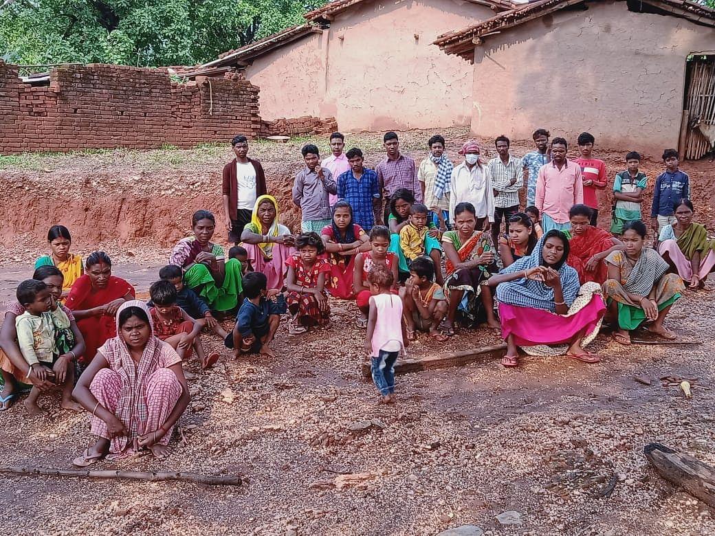असनापानी गांव के ग्रामीण